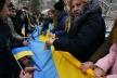 До Дня Соборності у Львові розгорнули величезний український стяг, а молодь утворила «Міст єдності»