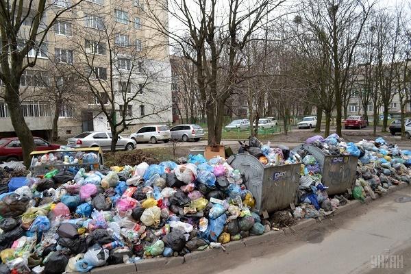 У Франківську збирають підписи для боротьби з львівським сміттям