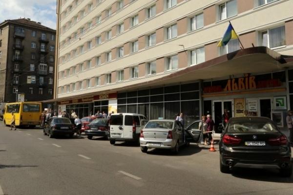 Готель через суд скасував зупинку громадського транспорту в центрі Львова