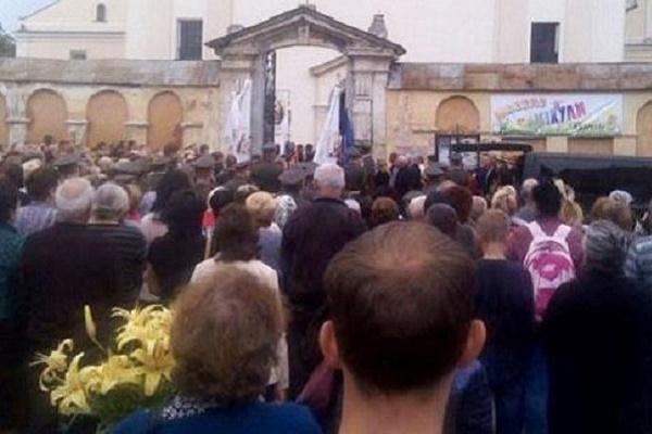 Мешканці Жовкви повстали проти настоятеля місцевого храму УПЦ МП, який відмовився відспівувати загиблого героя АТО