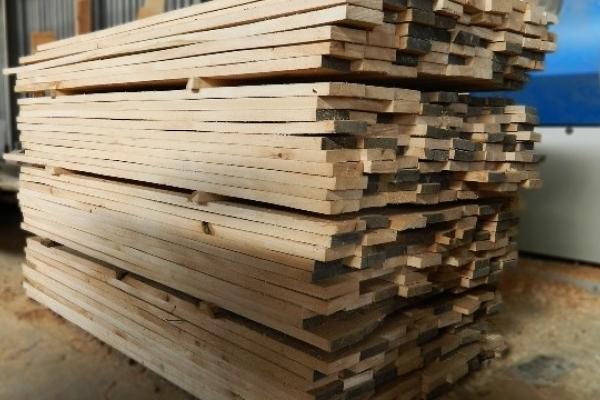 У пункт пропуску «Краковець–Корчова» митники викрили підприємця на махінаціях з деревиною