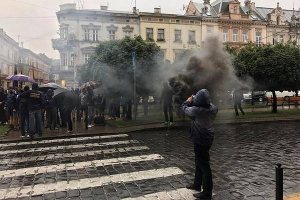 Під львівською прокуратурою клуби чорного диму (Фото)