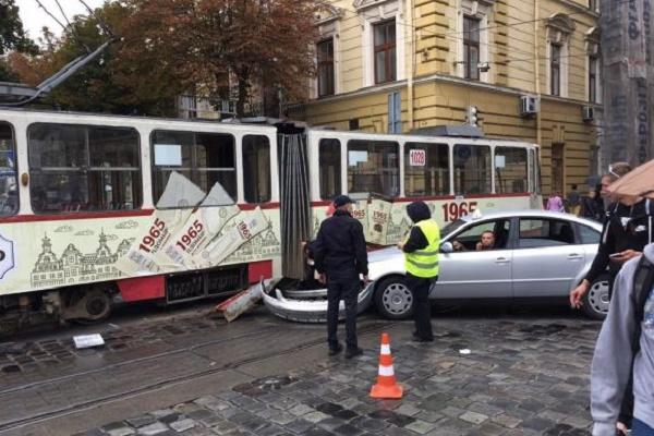 Таксі зупинило трамваї в центрі Львова