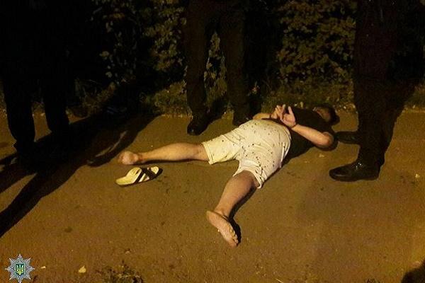 Нетверезу парочку, яка погрожувала таксисту пістолетом, затримали патрульні