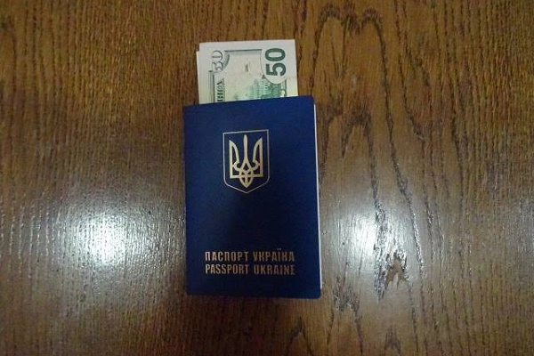 На Львівщині затримали українця, який хотів дати 50 доларів хабара прикордоннику