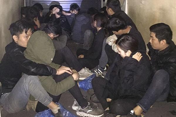 На Львівщині затримали мікроавтобус, вщент забитий нелегалами-в'єтнамцями з Росії