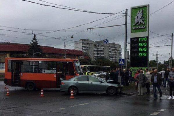 У Львові маршрутка врізалась в легковик: серед постраждалих - дев'ятирічна дівчинка (Фото)