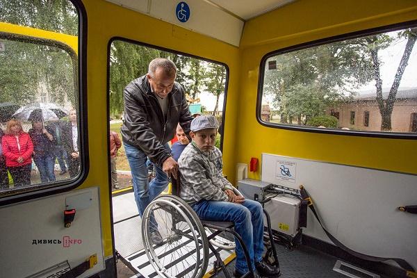 На Львівщині діток з особливими потребами возитимуть спеціалізовані шкільні автобуси (Фото, Відео)