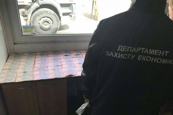 Правоохоронці на гарячому затримали хабарника у Львові