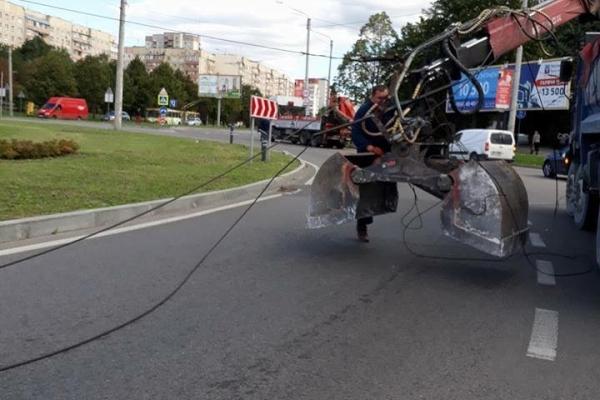На вулиці Кульпарківській екскаватор обірвав тролейбусні дроти
