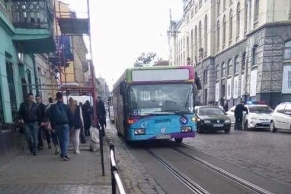 У Львові чоловік випав з риштування під колеса автобуса