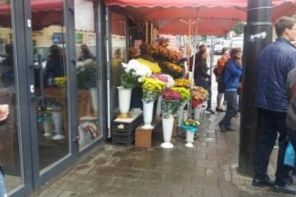 У Львові вимагають звільнити тротуар на Шота Руставелі від квітів
