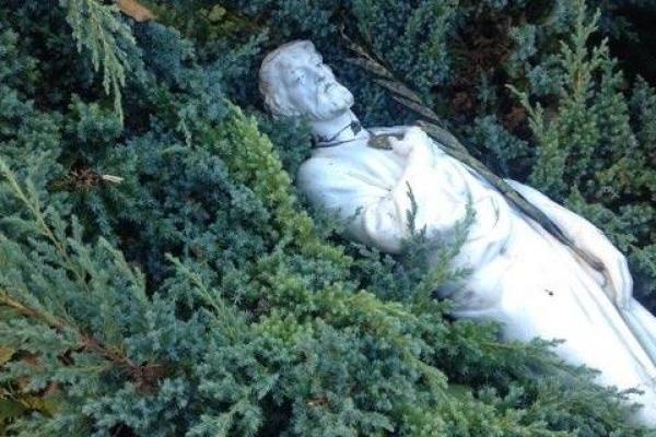 Невідомі у Львові понищили статую Апостолу Тадею