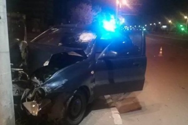 На Сихові автомобіль таксі врізався у стовп