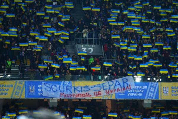 Футбольні фанати нагадали, що Маріуполь – це Україна і розмістили банер «SСURKIS-SEPAR»