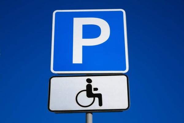 Львівські патрульні розпочали проганяти водіїв із місць для інвалідів (Відео)