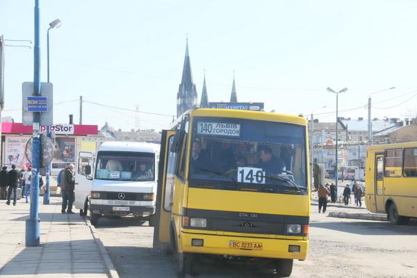 Від Садового вимагають повернути маршрутки до приміського вокзалу