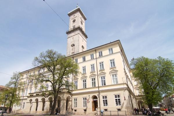 Львівська мерія заборонила переплановувати підвали та горища на магазини і житло
