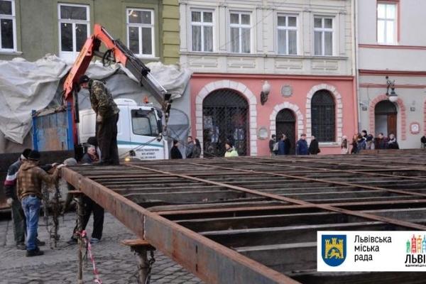 У Львові на пл. Ринок розпочались роботи з монтування ковзанки (Фото)