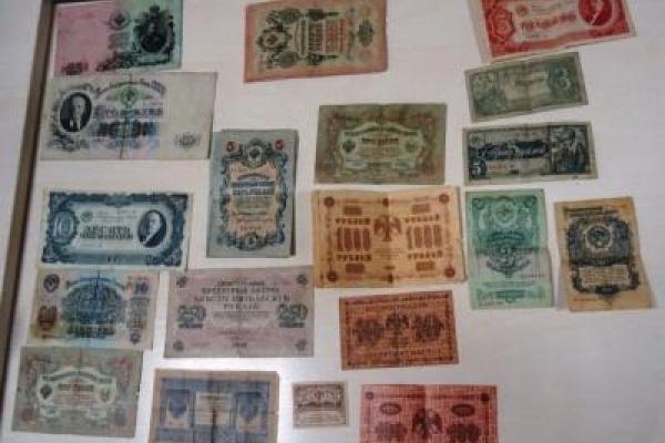 На Львівщині охоронці кордону не дозволили вивезти з України старовинні книги та грошові банкноти