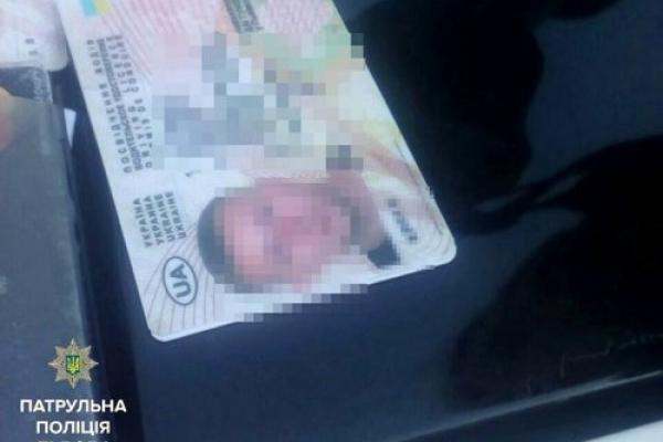 Львівські патрульні виявили у 27-річного чоловіка три посвідчення водія