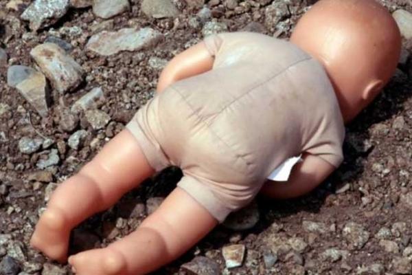 На Львівщині горе-матір викинула немовля на смітник: дитина дивом вижила