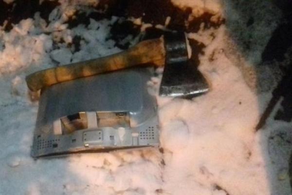 У Львові зловмисники сокирою розтрощили платіжний термінал (Фото)