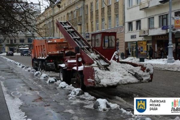 Львів обіцяють прибирати від снігу усю ніч