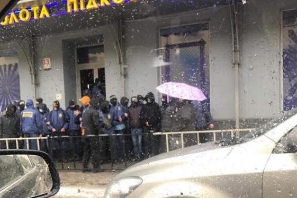 У Львові молодики в масках побили вікна ігрового залу