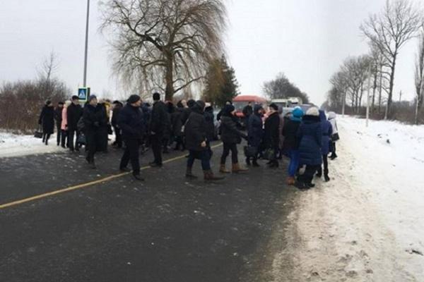 На Львівщині медики перекрили дорогу