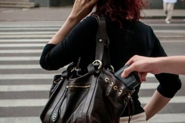 Неповнолітня ромка обікрала у Львові студентку