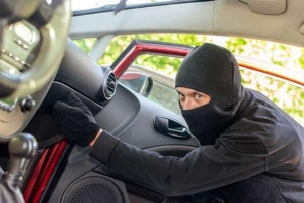 У селі на Львівщині двоє юнаків поцупили у львів'янина авто
