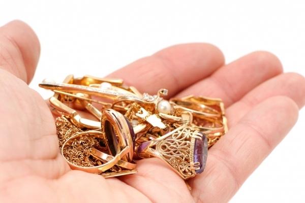 На Золочівщині чоловік викрав у співмешканки золоті прикраси та разом із нею шукав злодія