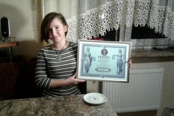 Львівська школярка приготувала найменший в Україні торт (Фото)