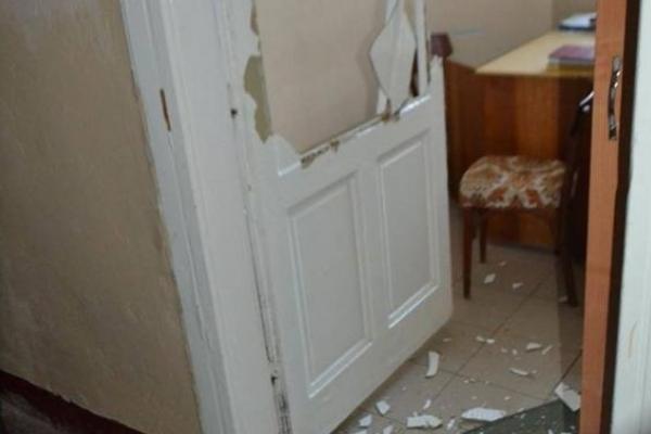 Хулігани розтрощили в поліклініці на Львівщині десятки дверей