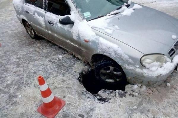 У Львові автівка провалилась у пошкоджений колектор