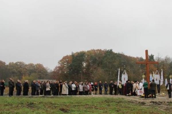 У Рудках на Львівщині небіжчиків закопують під парканами місцевих мешканців