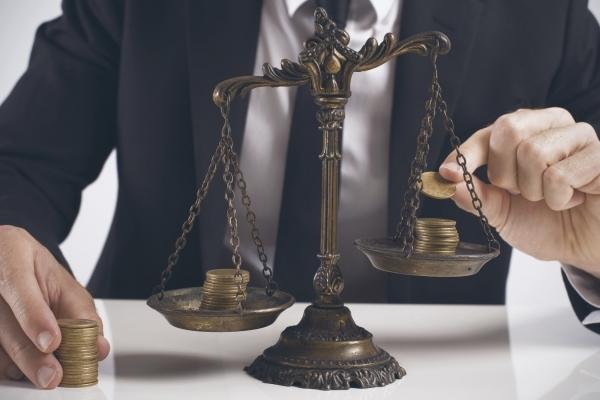 До восьми років тюрми загрожує адвокадці, яка привласнила хабар