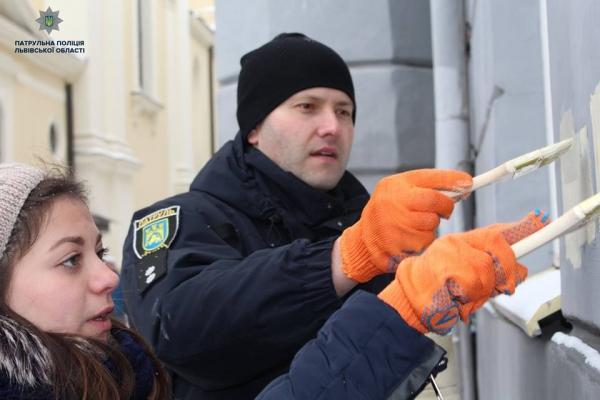 Патрульні «озброїлись» пензлями і замалювали двісті написів із наркорекламою у Львові