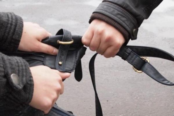 У Львові зловмисники відібрали у чоловіка сумку з товаром на 95 тисяч грн