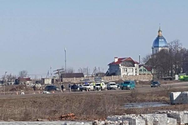На трасі «Львів-Луцьк» від причепа вантажівки відірвалось колесо та влетіло у зупинку громадського транспорту: є загиблі