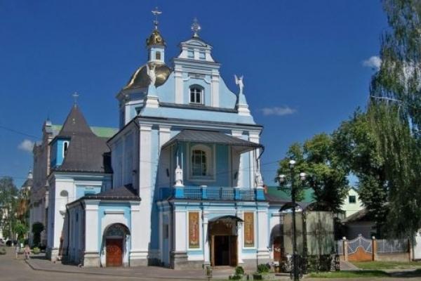 Є на Львівщині особлива церква, там молоді просять зберегти кохання, дорослі - здоров'я для людей, немічні хочуть позбутися хвороб