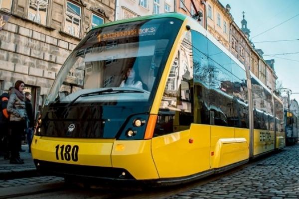 Львів'яни зможуть сплачувати за проїзд у трамваях банківською карткою