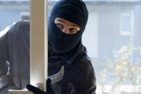 19-річний хлопець у масці пограбував помешкання власної бабусі