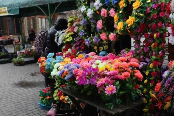 Львів'ян закликають не приносити на цвинтар штучні квіти