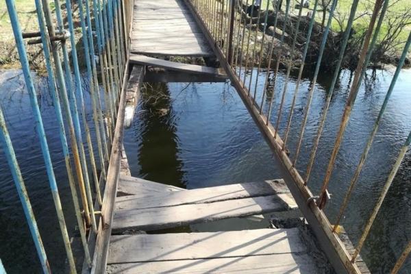 На Львівщині обвалився підвісний міст, четверо людей впали у воду