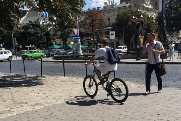 У Львові велосипедист травмував двох жінок