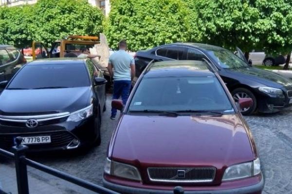 Евакуатори звільняють від автівок один із проспектів Львова