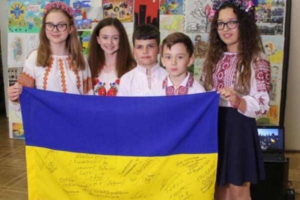 Учні однієї з львівських шкіл передали своїм одноліткам у Великій Британії український прапор (Фото)