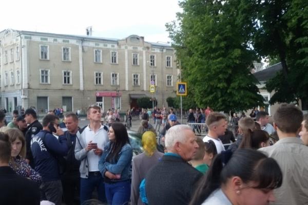 На Львівщині розлючений натовп ледь не лінчував водія, який влаштував ДТП під час гонок (Фото, відео)